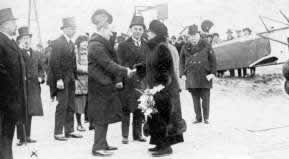 Queen Wilhelmina visited the Fokker Factory on april 3, 1924. Here meeting Anthony Fokker